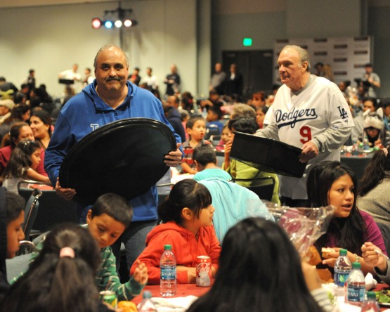 LA Dodgers serve Thanksgiving Dinner