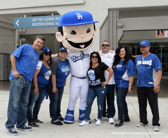 Fans pose with the Dodger mascot. Jill Weisleder/Dodgers