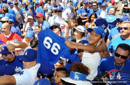 A young fan holds up a Yasiel Puig jersey.