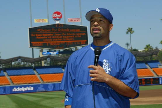 JUNE 2, 2004--LOS ANGELES,CA--DAVE ROBERTS SWIPES FOR LOCAL HIGH SCHOOLS ©JON SOOHOO/ LA DODGERS