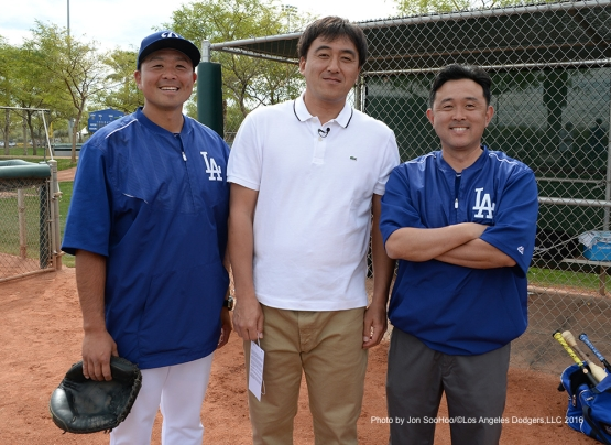 Los Angeles Dodgers Fumi Ishibashi (L) and Yosuke Nakajima pose with Dodgers pitcher Kazuhisa Ishii during workout Thursday, March 3, 2016 at Camelback Ranch-Glendale in Phoenix, Arizona.