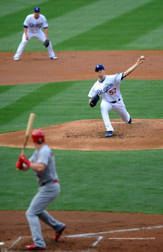 Alex Wood pitches to the Cardinals' Jeremy Hazelbaker.