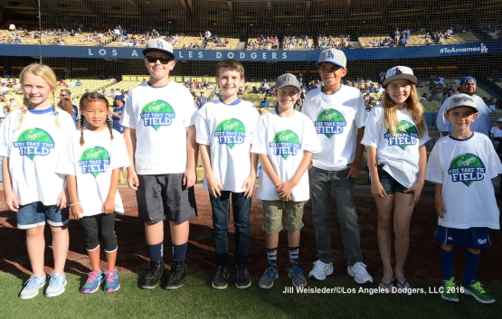 Kids Take the Field participants pose for a photo. Jill Weisleder/Dodgers