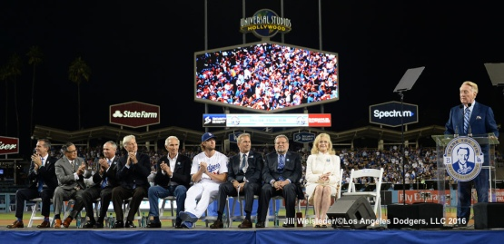 Vin Scully addresses the fans. Jill Weisleder/Dodgers