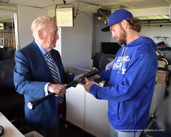 Vin Scully signs Charlie Culberson's bat prior to Los Angeles Dodgers game against the San Francisco Giants Saturday, October 1, 2016 at AT&T Park. Photo by Jon SooHoo/©Los Angeles Dodgers,LLC 2016